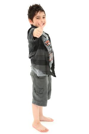 piedi nudi ragazzo: Felice ragazzo 8 anni attraente stagliandosi in bianco dando il pollice in alto il gesto della mano.