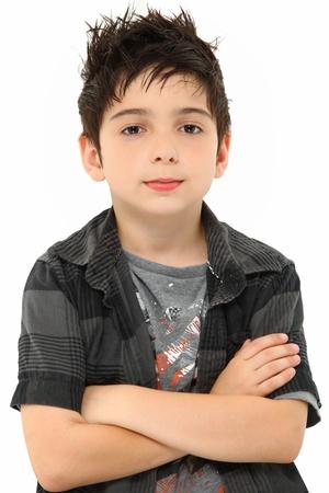 흰색 위에 세련 된 머리를 가진 소년의 매력적인 8 살짜리 초상화 팔을 넘어.