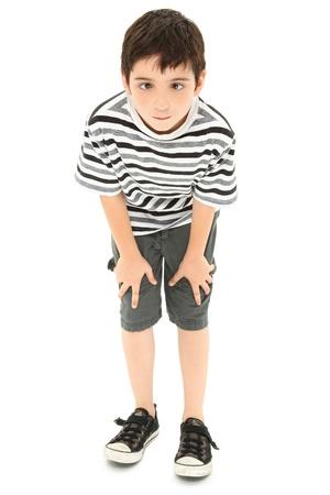 sich b�cken: Adorable 8 Jahre alte junge dumme Cross-Eyed Gesicht machen.