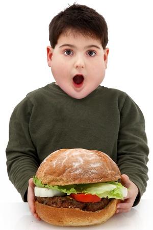 gula: Hambre ni�os obesos con hamberger gigante en blanco.