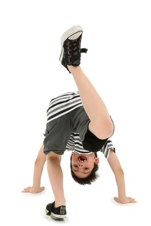 흰색 바닥에 cartwheel 하 고 매력적인 행복 소년.