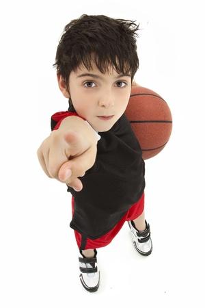 攻撃的な少年子バスケット ボール選手を白の顔に指しているを閉じます。 写真素材