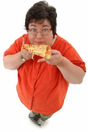 Glücklich zuversichtlich fettleibig 45 Jahre alte Frau auf der Skala mit Scheibe Käse Pizza über weiß. Standard-Bild - 9976793