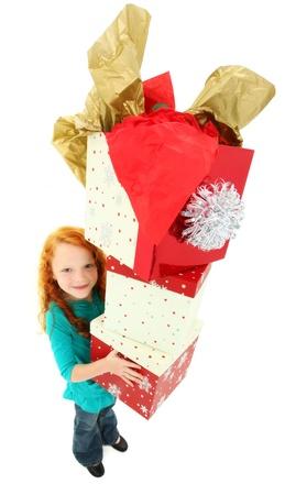 Gelukkig meisjes staan op een witte houden stapel geschenkdozen glimlachen. Stockfoto