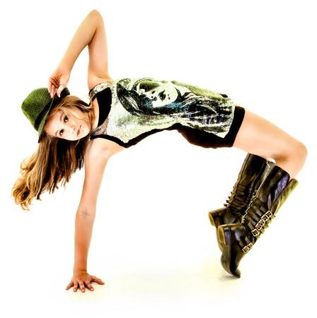 baile hip hop: Muchacha hermosa del tween Dancing Hip Hop en estudio sobre blanco