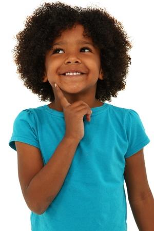 black girl: Entzückende schwarze Mädchen Denken Geste und lächelnd über weißem