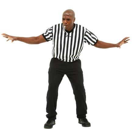 Aantrekkelijke fit zwarte man in scheidsrechter uniform te maken voor en fluitje blazen
