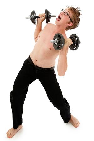 geek: Imágenes chistosas de entrenamiento con pesas muchacho adolescente adorable. Camino de recortes sobre blanco.