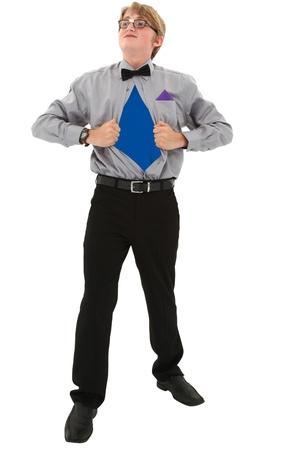 geek: Geeky muchacho adolescente que rasga la camisa abierta. Superman concepto. Camino de recortes sobre blanco. Foto de archivo