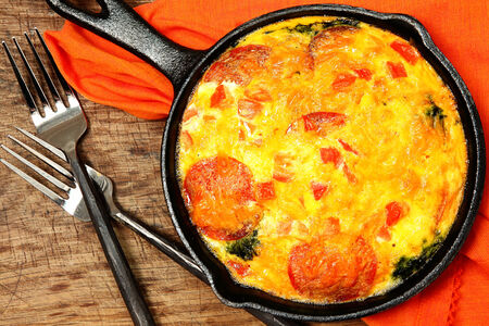 Skillet Peperoni and Spinach Egg Scramble on table. Imagens