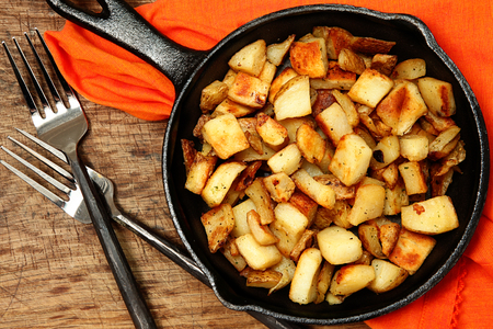 Ranch Potatoes or Home Fries in Cast Iorn Serving Skillet Imagens