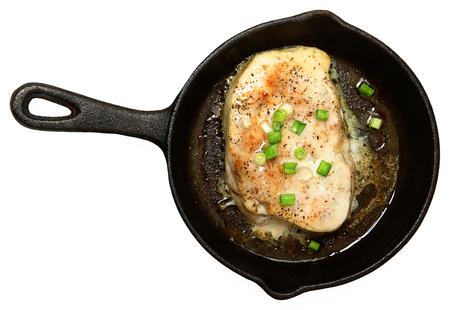 pez espada: Al horno de pez espada en mantequilla con cebolla verde y jengibre Vista superior sobre blanco