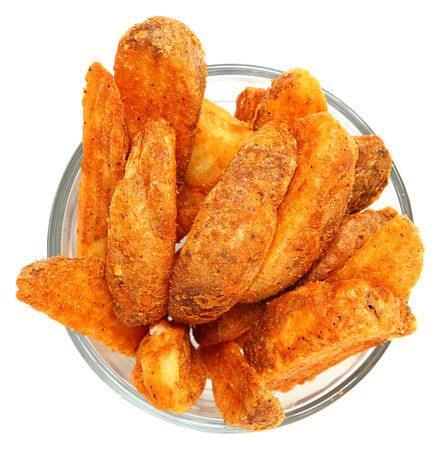 Spicy Potato Wedges in Glass Bowl Isolated Over White Standard-Bild