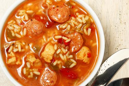 표에서 케이준 매운 치킨의 그릇과 소시지 검보 수프 스톡 콘텐츠