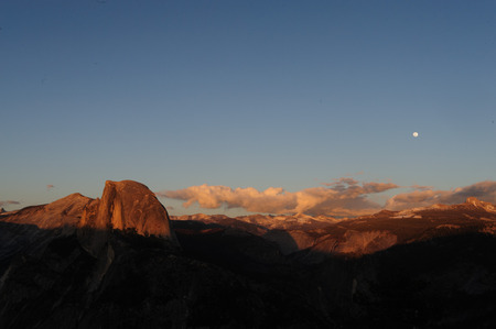 The setting sun illuminates Half dome, as seen from Glacier Point. Yosemite National Park, California, USA. Standard-Bild