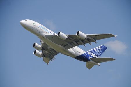 ベルリン, ドイツ - 2010 年 6 月 11 日。6 月 11 日国際 Luftfahrt Ausstelling でエアバス A380、ベルリン ILA の飛行をデモします。A380 は、世界最大の旅客機で