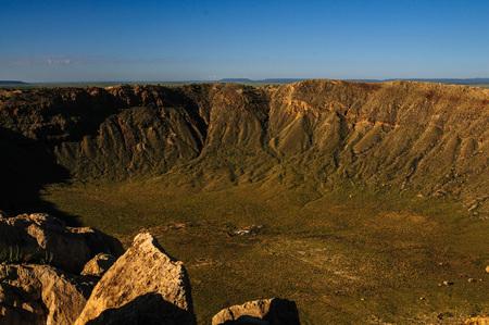 Mirando hacia el cráter Arizonas Meteor Crater a lo largo del borde sur.