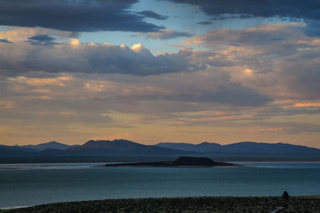 Threatening skies over mono lake, California, as an early evening thunderstorm is rolling in. Image from an early August late afternoon, near Lee Vining, California. 写真素材