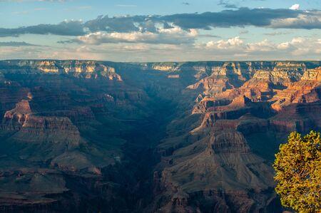 Die untergehende Sonne versinkt unter dem Horizont des Grand Canyon, nahe dem Yavapai Point am südlichen Canyonrand. Standard-Bild