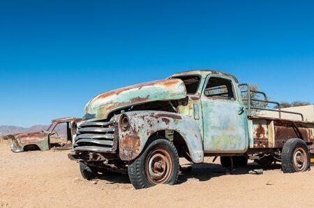 Naufragios de coches históricos bordean la carretera en la ciudad de Solitaire en la región de Khomas en Namibia. Foto de archivo