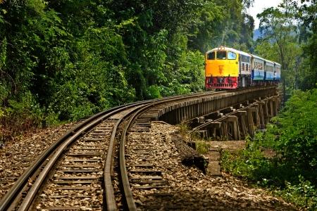 pociąg: Turystyczna Rail w prowincji Kanchanaburi nazywa Zdjęcie Seryjne