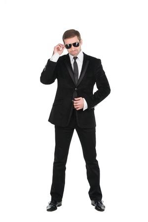 garde corps: Garde du corps �l�gant avec des lunettes et des bras pli�s. Isol� sur fond blanc Banque d'images