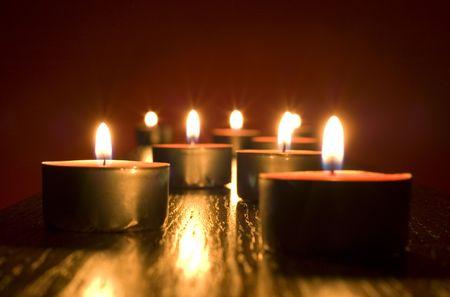 christmas scent: grupo de peque�as velas sobre fondo rojo
