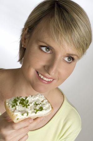 cagliata: giovane donna di mangiare uno spuntino con latticini freschi vicino