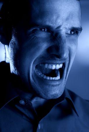 manic: monocromio arrabbiato del tiro della testa degli uomini - concetto di notte