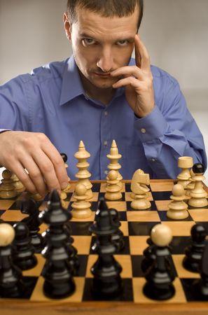 jugando ajedrez: J�venes hombres de negocios de juego de ajedrez retrato disparar  Foto de archivo