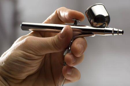 airbrushing: aer�grafo en el hombre parte de cerca disparar