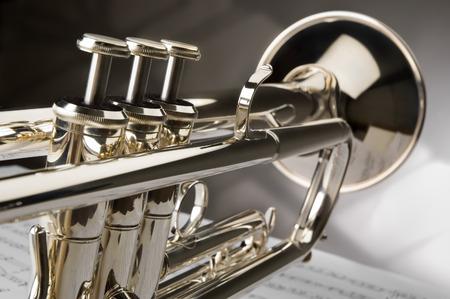 blaasinstrument: Trompet op muzieknoten als achtergrond close-up Stockfoto