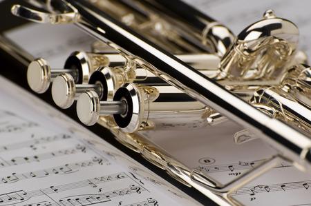 trompette: Trompette sur des notes de musique comme arri�re-plan de pr�s Banque d'images