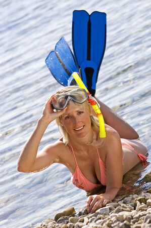 flippers: joven tendido en la playa retrato