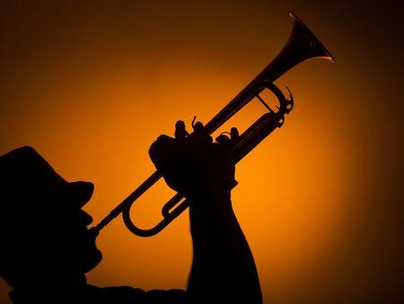 trompeta: de fondo de m�sico tocando la trompeta sobre fondo naranja