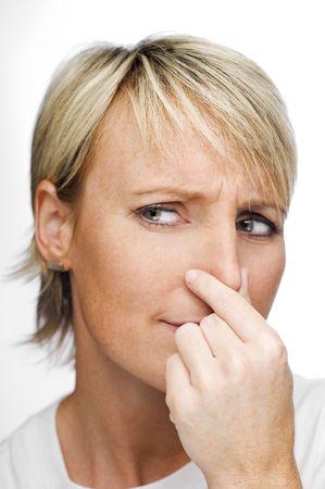 olfato: joven rubia mujer la celebraci�n de la nariz a causa de un mal olor