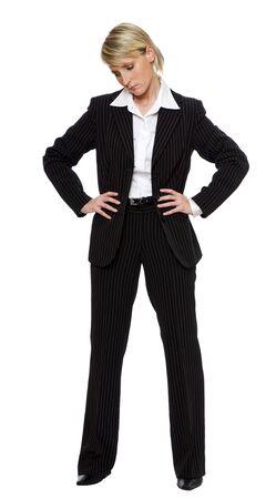 joven mujer de negocios triste mirando hacia abajo en blanco