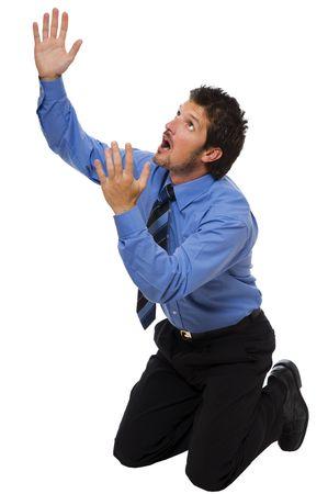 hombre orando: joven hombre de negocios sobre sus rodillas buscando