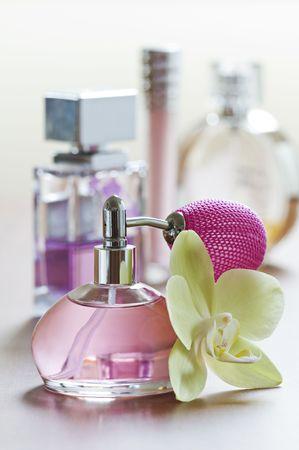 parfum: Perfume bottle with flower close up shoot