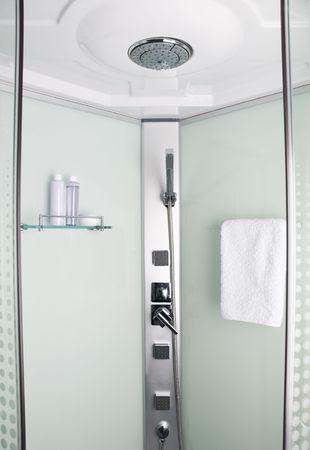 cabine de douche: Cabine de douche dans la salle de bains pr�s des pousses