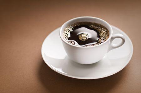 filiżanka kawy: Czarna kawa na tle brÄ…zowym bliska, pÄ™dów