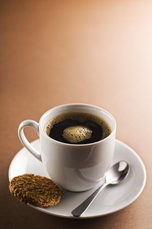 Zwarte koffie op bruine achtergrond  Stockfoto