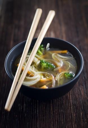 Verse Aziatische groente soep met noedels close-up