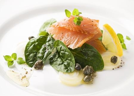 c�pres: Saumon fum� �pinards, c�pres et oignons de printemps de pr�s