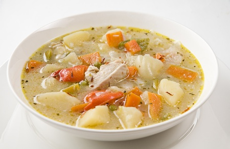 Sopa de verduras frescas de pollo cerca Foto de archivo