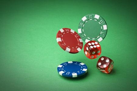 fichas casino: Fichas y los dados sobre un fondo verde de cerca Foto de archivo