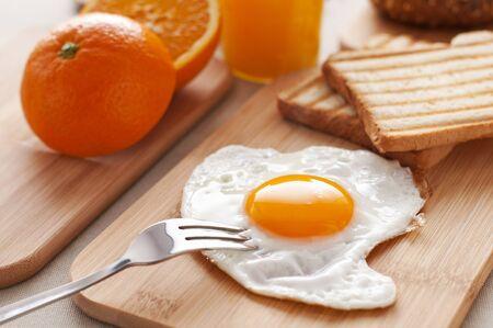 huevos fritos: Huevo frito para desayunar cerca disparar