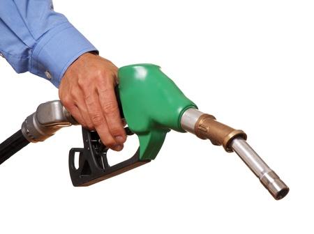 bomba de gasolina: La mano masculina que sostiene la bomba verde aislado en blanco Foto de archivo