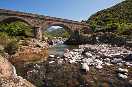 Steinbrücke über den Fluss in Korsika