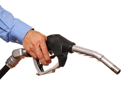 bomba de gasolina: La mano masculina que sostiene la bomba de negro aislado en blanco
